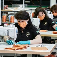 Lamborghini produce mascherine e visiere