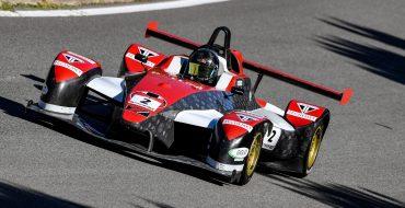 Simmons vince la prima a Brands Hatch